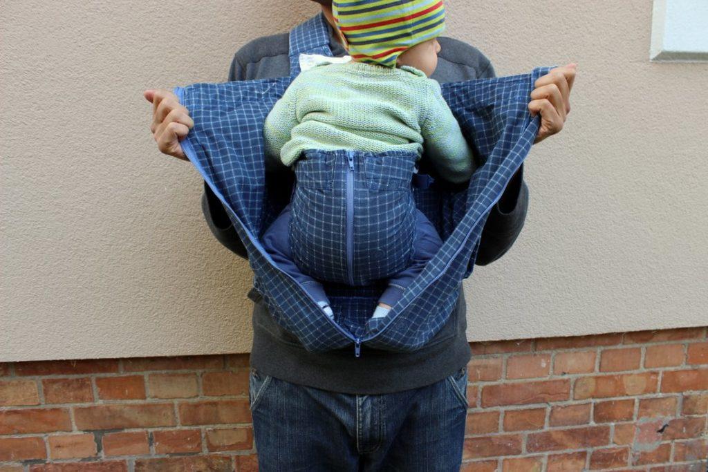 Baby getragen im Glückskäfer Tragesack