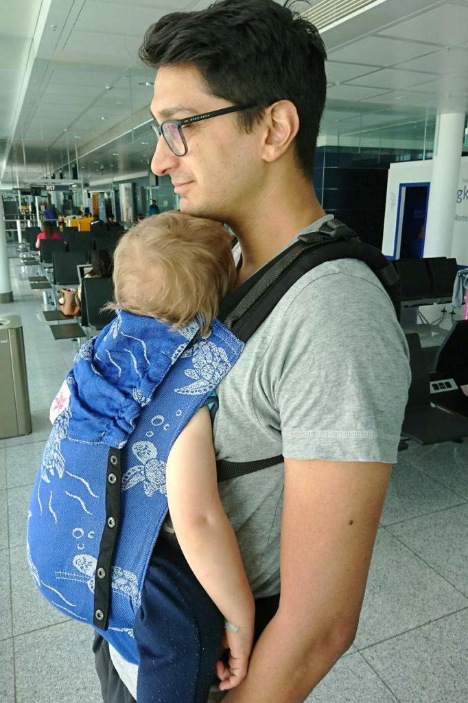 Blaue Kokadi Flip mit Kleinkind