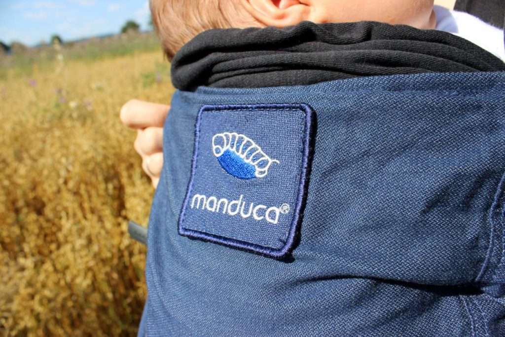 Blaues Logo der Manduca Duo aus Tragetuchstoff