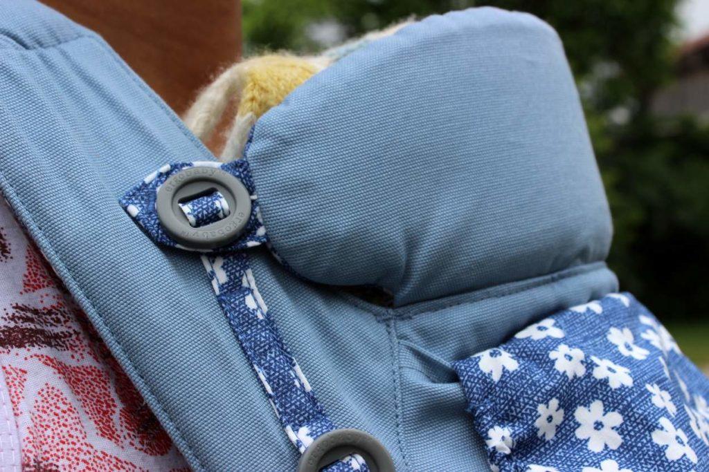 Blaue Ergobaby Omni 360 mit Neugeborenem